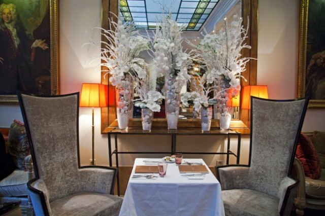 Hotel-Lancaster-Paris-Gouter-Noel-Silencio-table-650x433