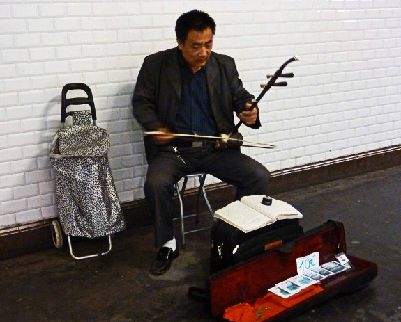 Street-musicians-of-Paris-metro-Asian-instrument-case-open-575x463